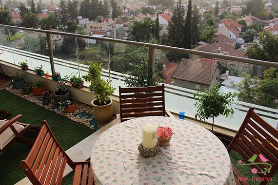 עיצוב גינה במרפסת מבט על בפינת האירוח