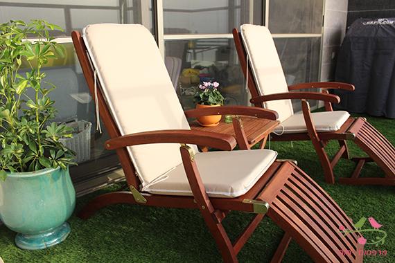 מרפסות יפות כסאות נוח במרפסת ליצירת איזור שיזוף לדיירי הבית