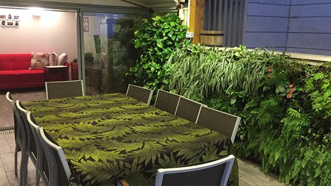 עיצוב מרפסת עם קיר ירוק של חברת גרין וול בתכנון של חברת מרפסות יפות עיצוב מרפסות