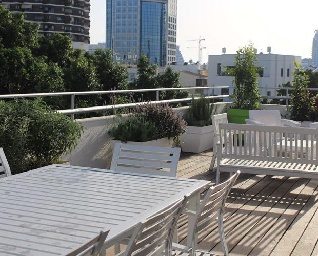 מרפסת גג בתל אביבעם צמחיה