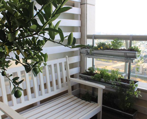 ספסל לבן במרפסת מרפסות יפות