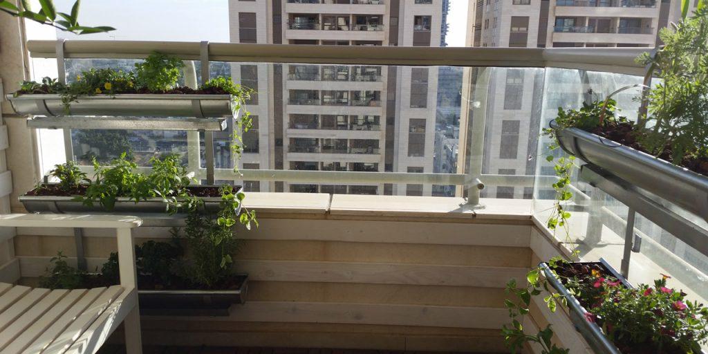 מרפסות יפות מעצבת מרפסת קטנה במגדל בתל אביב