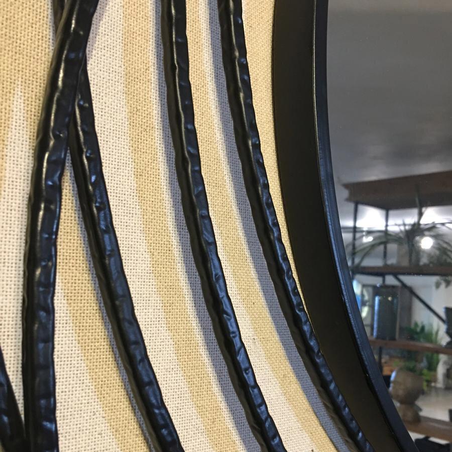 מראה עם חישוקי ברזל שחורים מרפסות יפות