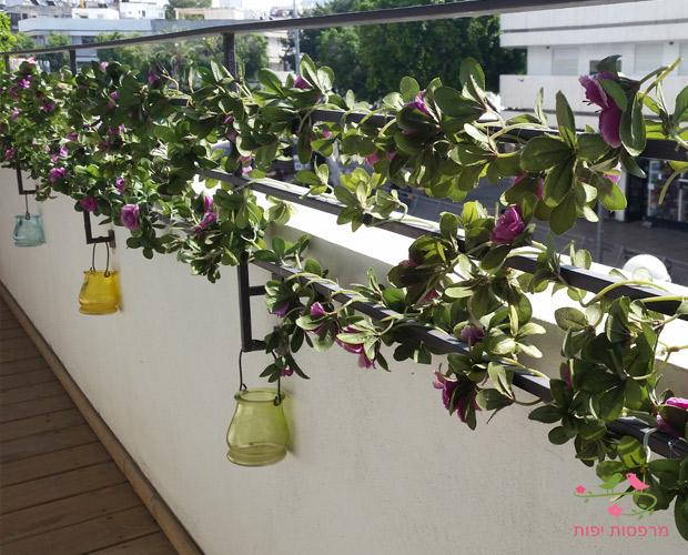 גדר עם צמחיה מלאכותית במרפסת