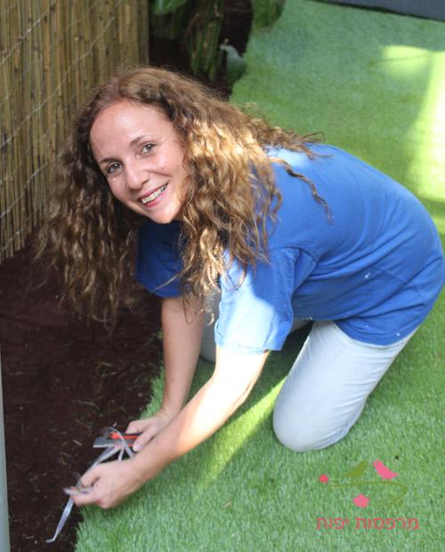 ענבר מעצבת מרפסות יפות עם דשא סינטטי
