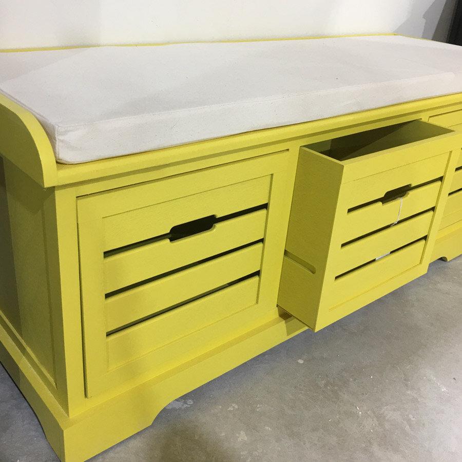 ספסל אחסון מעץ בצבע צהוב מרפסות יפות