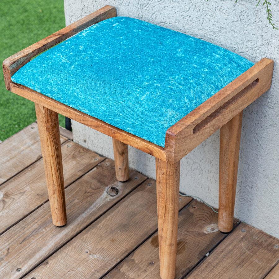 ספסל עץ קטן עם כרית טורקיז במבצע מרפסות יפות