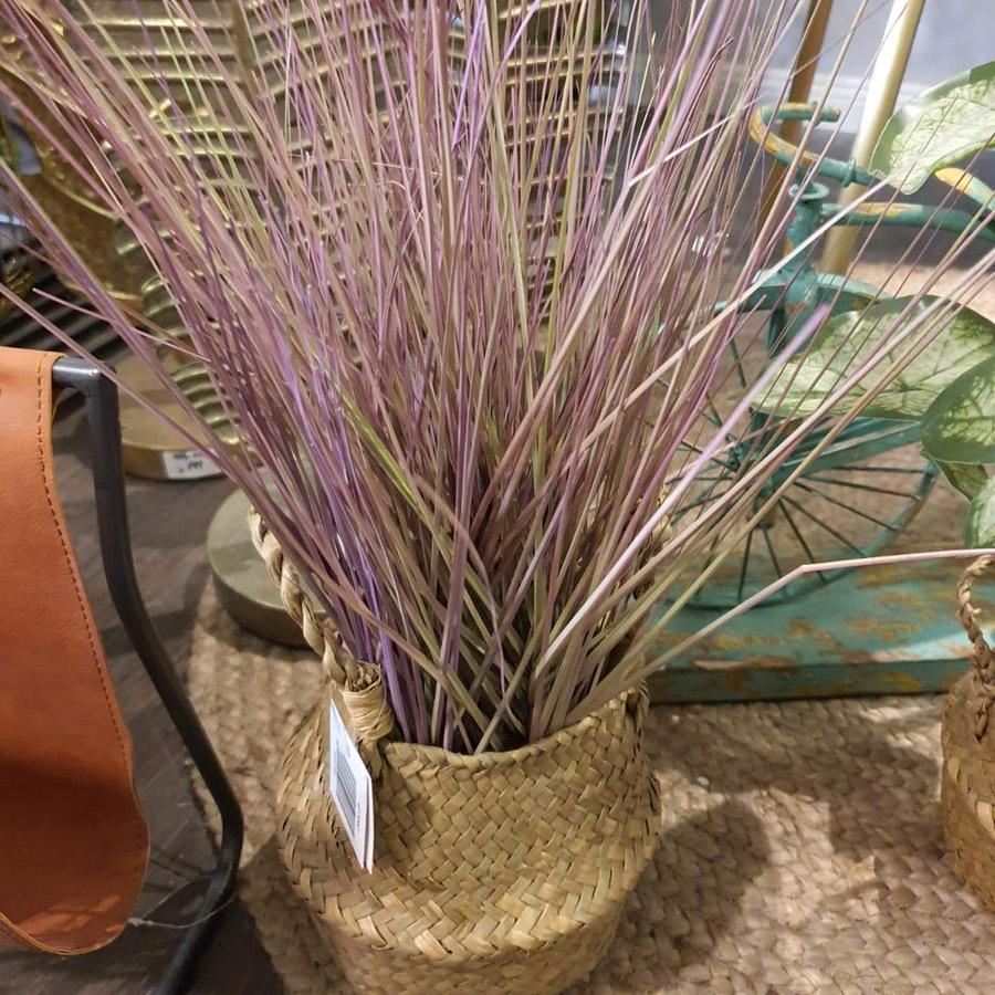 סלסלת קש עם צמחיה מלאכותית בצבע סגול