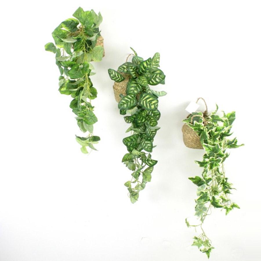 צמחיה מלאכותית ירוקה נשפכת בסל קש